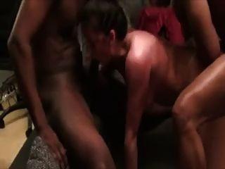 매춘부 아내는 2 명의 흑인 스터드에 의해 강타 당한다.
