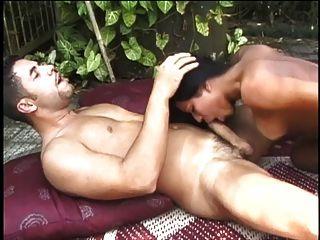 화려한 젊은 tranny는 머리를주고 웅덩이 근처에 망하게된다.