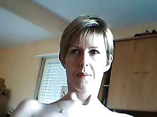 아마추어 여자는 그녀가 cums로 그녀의 얼굴을보고 싶어