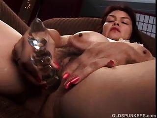 섹시한 성숙한 베이비 그녀의 사랑스러운 큰 가슴과 지방 보여줍니다.
