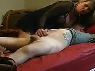 엄마가 침대에서 그녀의 양아버지를 도와주지 않습니다.