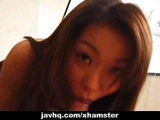 일본의 십대 여학생이 무수정으로 그녀의 음부를 두 드린다.