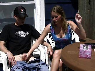 에리카는 담배를 피우고 소년을 멍청이로합니다!