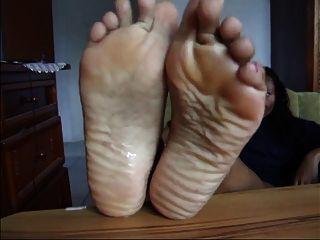흑단 성숙한 주름진 젖은 발바닥