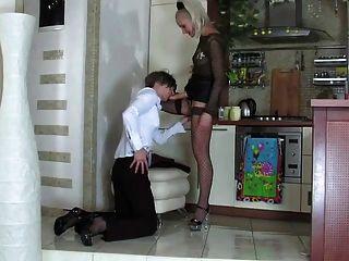 금발 여주인 남자 엉덩이 빌어 먹을