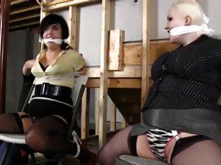 두명이 의자를 잡고 탈출했다.