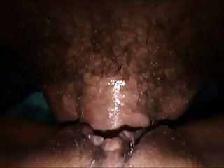 섹시한 호색한 아내가 남편에게서 큰 creampie를 얻습니다.