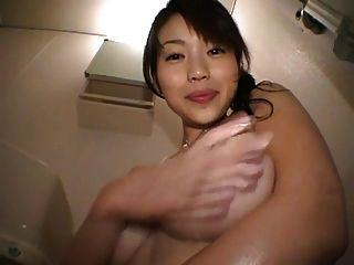 그녀의 가슴을 가지고 노는 귀여운 일본 소녀