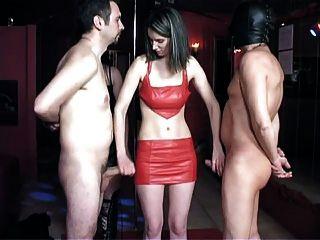 여성 노예가 잠옷을 애타게했다.