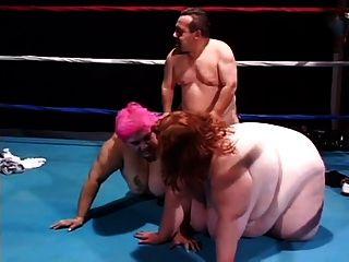 거대한 레슬링 선수는 팀에게 reff를 태그한다.