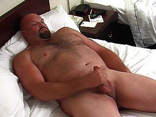 좋은 아빠 곰은 그 다음 샤워를한다.