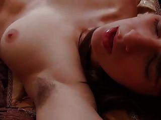 털이 많은 구덩이와 갈색 머리 그녀의 달콤한 털이 음부 손가락