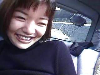 차에 탄 일본 여자 2 명