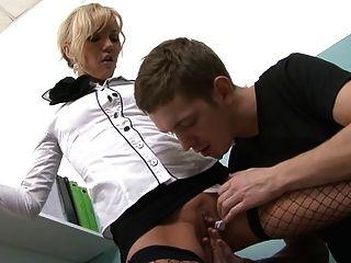 그녀의 얼굴에 섹시한 사무실의 아가씨가 jizz를 입는다.