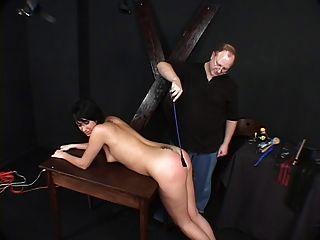 어둠의 머리카락을 쓴 애호가, 그녀의 주인에 의해 묶여서 때려 눕혔다.