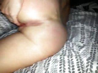 그녀의 음부와 엉덩이 구멍을 가지고 노는 아내