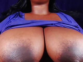 bbw는 큰 가슴과 단단한 젖꼭지를 보여줍니다.