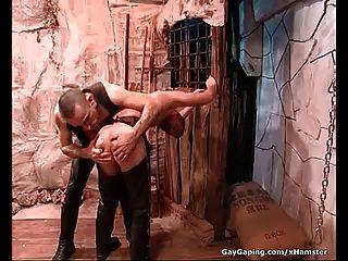 가죽에있는 두 개의 페티쉬 게이는 자위하고 자신의 엉덩이를 치다.