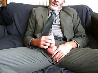 소파에 작업 양복과 넥타이 구호 후 섹시 턱수염이 아빠