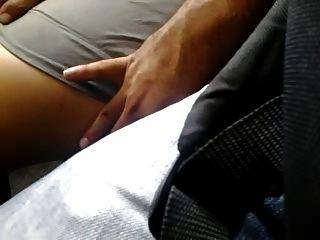 매우 섹시한 다리가 버스에 닿는다.