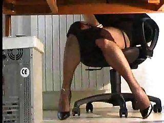 시어 맨은 책상 밑에서 놀고있다.