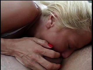큰 뜨거운 가슴을 금발의 큰 하드 수탉에 의해 두드리는 흡연