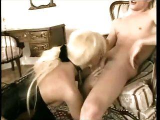 부츠와 코르셋에 금발의 tranny와 뜨거운 섹스