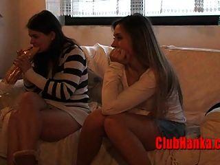 복종하는 유부녀가 팬티 스타킹에 열중하게된다.