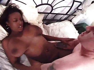 큰 가슴을 가진 사랑스러운 흑인 소녀