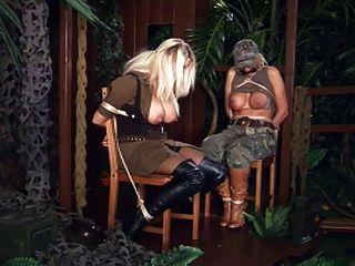 레즈비언은 2 명의 묶인 아기를 지배한다.