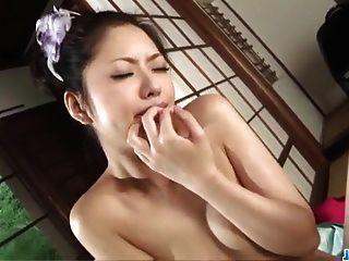 하나는 거친 포르노 동안 그녀의 따뜻한 입술로 마술을 만든다.