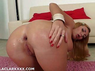 이자벨은 신선한 농산물로 그녀의 엉덩이를 채우고 탈장합니다.