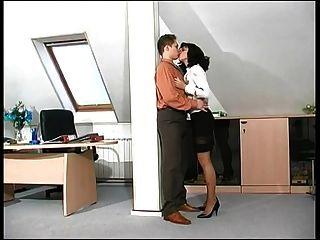 이 뜨거운 숙녀 두목은 직장에서 좆된다.
