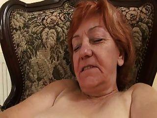 노부부 미친 듯이 그녀의 털이 음부를 문지르고