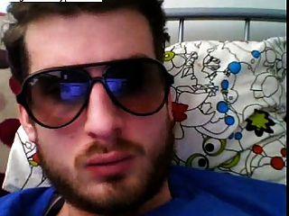 뜨거운 유럽 남자가 자신의 거시기를 wanking하고 안경을 쓰고