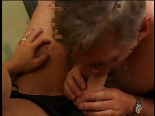 섹스 토이와 섹시한 여자 스트랩과 화장실에서 섹스 토이를 빠는 한 남자