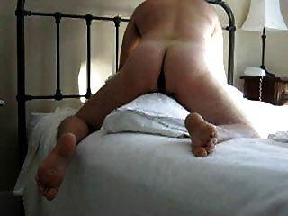 엉덩이에 딜도 라구 딜도와 베개를 고비 (그리고 콘돔에서 정액을 먹는다)