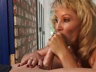 금발의 여동생 미셸 세인트. 제임스 입으로 얼굴