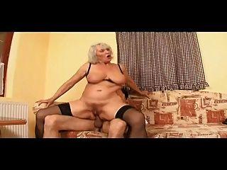 할머니는 고기가 많은 음부를 챙기고 뚫고 나간다.