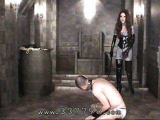 japanese femdom kira는 채찍으로 노예의 시체를 친다.