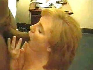 섹시한 빨간 머리 아내가 큰 검은 수탉 2 frmxd co을 사랑한다.