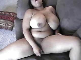 그녀의 음부를 제공하는 큰 젖꼭지가있는 검은 색 마마