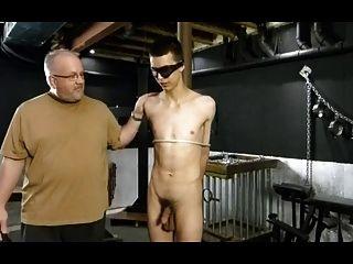 bdsm 속박 게이 소년 처벌을 가져옵니다.