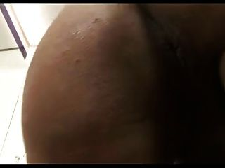 ts 섹시한 갈색 머리 큰 가슴 큰 엉덩이와 거대한 수탉 cums