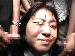 일본 소녀는 대중 앞에서 부케를 받는다.
