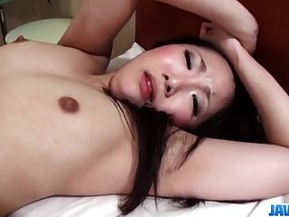 유우 사쿠라 갈색 머리 모델 그녀의 음부에 지방 거시기를 즐깁니다.