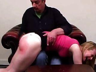 아버지는 그의 딸을 처벌하지 않는다 (단편 영화)