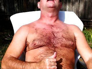 내 새로운 사이버 아빠가 밖에서 자신의 수탉을 경련을 즐긴다.