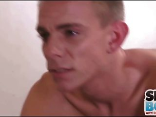 금발의 트윙크는 엉덩이에 좆되어 사랑한다.