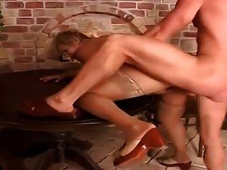 성숙한 플럼 퍼는 그녀의 젊은 친구에 의해 쾅 닫혔다.